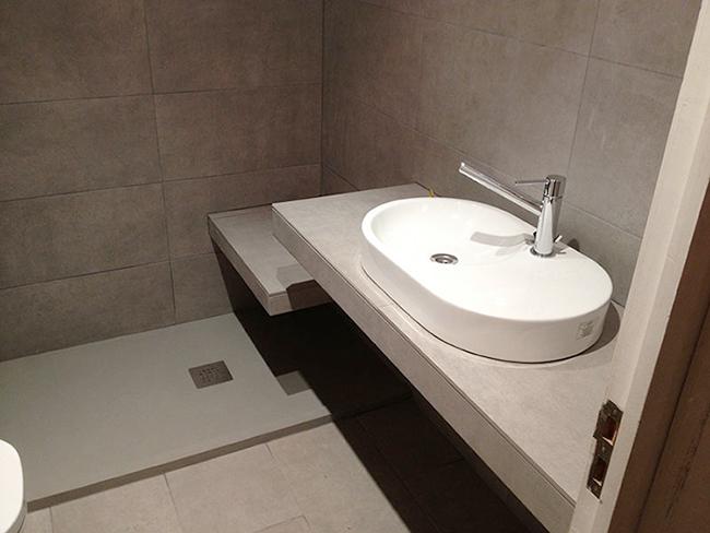 baño de gres porcelánico